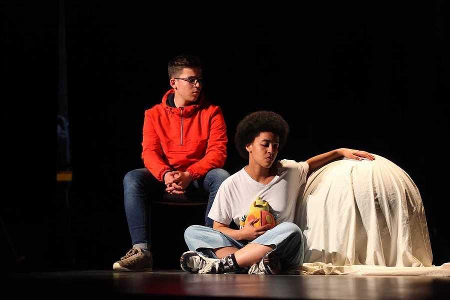 Spectacle des élèves de l'option théâtre du lycée : un public au rendez-vous 2019-05-07-20-38-52-bq