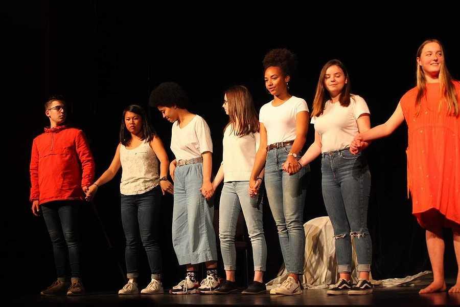 Spectacle des élèves de l'option théâtre du lycée : un public au rendez-vous 2019-05-07-20-45-42-bq