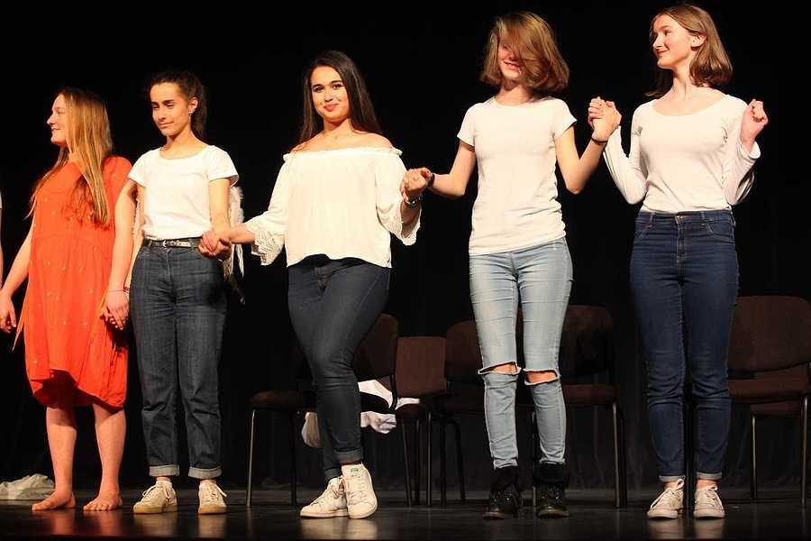 Spectacle des élèves de l'option théâtre du lycée : un public au rendez-vous 2019-05-07-20-45-49-bq