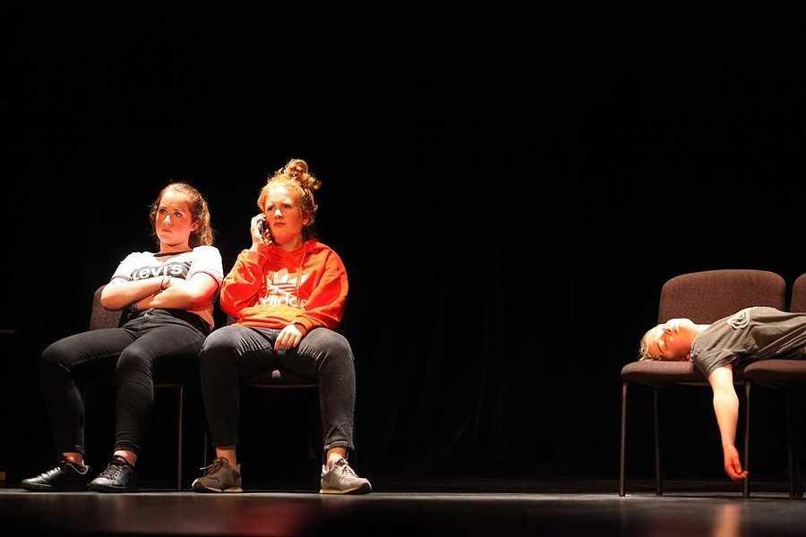 Spectacle des élèves de l'option théâtre du lycée : un public au rendez-vous 2019-05-07-20-47-51-bq